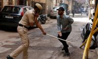 Hindistan'da vakalar 1 milyona yaklaştı, sokağa çıkma yasağı geri geldi