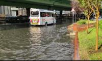 Yağmur İstanbul'u vurdu! Yolar su altında
