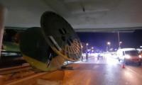 Şoför yolu şaşırdı, TIR'daki dev makara köprüde takılı kaldı