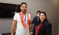 Milli güreşçi Taha Akgül, Sivas Valiliğince hediye edilen altınları afetzedelere bağışladı