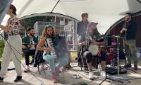 Kısıtlamaları unutan İngilizler festivallerle coştu