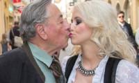 81'lik milyarder Playboy yıldızıyla evlendi