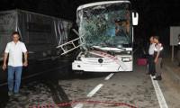 Otobüs TIR'a çarptı! Yaralılar var