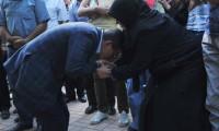 Davutoğlu o annenin elini öptü