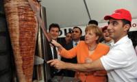 Merkel döner yerken parmaklarını yedi
