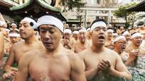 Japonların buzlu suda kış ortası banyosu