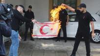 Rumlardan çirkin provokasyon! KKTC bayrağı yaktılar