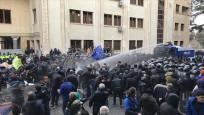 Gürcistan'da parlamento önündeki protestoculara ateş açıldı