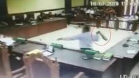 Sinirlenen avukat yargıca kemerle saldırdı!