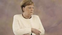 Merkel'in tatile çıkarken yanına aldığı kitap endişeleri artırdı