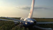 Yolcu uçağı mısır tarlasına acil iniş yaptı!