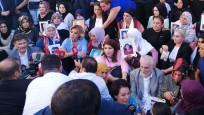 Sanatçılardan Diyarbakır'da oturma eylemi yapan ailelere destek