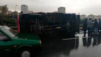 TEM'de kamyon devrildi: Trafik kilit