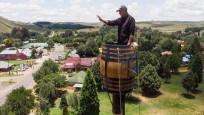 Rekorlar kitabına girmek için 25 metre yükseklikte fıçıda yaşıyor