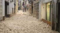 İspanya'da bir kasabanın sokaklarını köpük kapladı