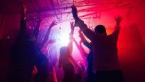 Kafe ve barlar kapatılınca gençler otel partilerine yöneldi