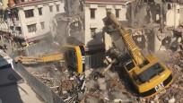 Bakırköy'de yıkım yapan kepçe böyle devrildi