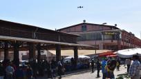 Pazarda alışveriş yapanların ateşi drone ile ölçüldü