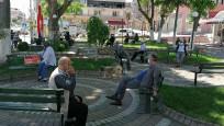 Yaşlılar bayramda sokağa akın etti