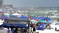 ABD'liler salgına rağmen sahillere akın etti