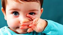 İki yaş altı çocuklara maske takmak çok tehlikeli