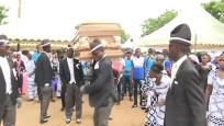 Gana'nın dansçı tabut taşıyıcıları: Virüs nedeniyle işlerimiz azaldı