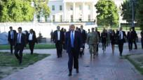 Gövde gösterisi! Trump elinde İncil yürüyerek kiliseye gitti