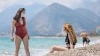 Antalya'da tatilciler maskeyle güneşlendi