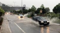 Zonguldak'ta kuvvetli sağanak yolları göle çevirdi