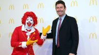 McDonald's sapkın CEO'ya verdiği tazminatın peşinde