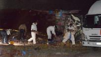 Erzurum'da 14 ton patlayıcı yüklü kamyon yola devrildi: 2 ölü