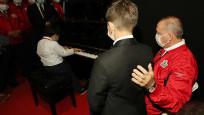 Cumhurbaşkanı Erdoğan uluslararası ödüllü minik müzisyenleri dinledi