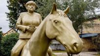 Merkel at üstünde: 3 metre boyundaki heykele yoğun ilgi