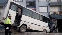 Otobüs istinat duvarında asılı kaldı