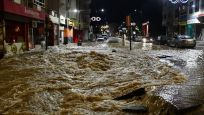 Sivas'ta içme suyu hattı patladı: Cadde göle döndü, iş yerlerini su bastı