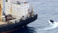 Yük gemisini ele geçirmek isteyen korsanlara Rus savaş gemisi müdahale etti