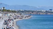 Antalya'da sıcak hava korona virüsü unutturdu! Sahiller doldu