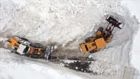 Muş'ta karla mücadele ekipleri, kapalı köy yollarını açmaya çalışıyorlar