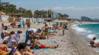 Tam kapanma sonrası Antalyalılar sahile akın etti