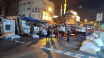 İstanbul'da kumaş yüklü kamyon tramvay yoluna devrildi