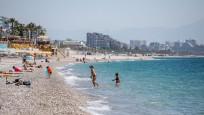 Kısıtlamadan muaf turistler sahile akın etti