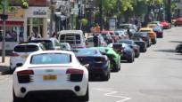 Kasaba sokaklarında lüks araç trafiği
