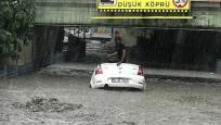 İstanbul'da kuvvetli yağış! Caddeler göle döndü...