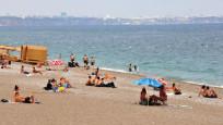 Antalya'da turistler bulutlu havada da sahili doldurdu