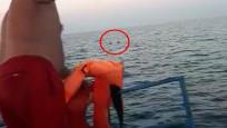 Tekneleri alabora olan amatör 3 balıkçıyı kurtardığı anlar kamerada