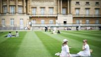 İngiltere tarihinde bir ilk: Kraliçe Elizabeth ön bahçesini pikniğe açtı