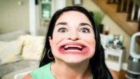 Guinness Rekorlar kitabına 'Dünyanın en büyük ağızlı kadını' olarak girdi