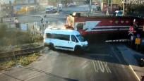 Trenin çarpmasıyla 7 kişinin öldüğü minibüsün şoförü: Bariyerlere çarpmamak için geçtim
