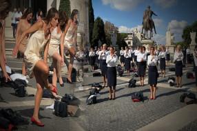 Düşük ücret isyanı: Hostesler soyunarak protesto etti!