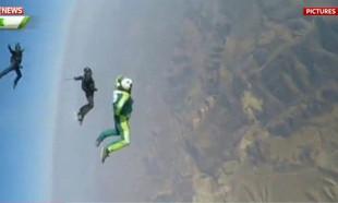 7620 metreden paraşütsüz atladı